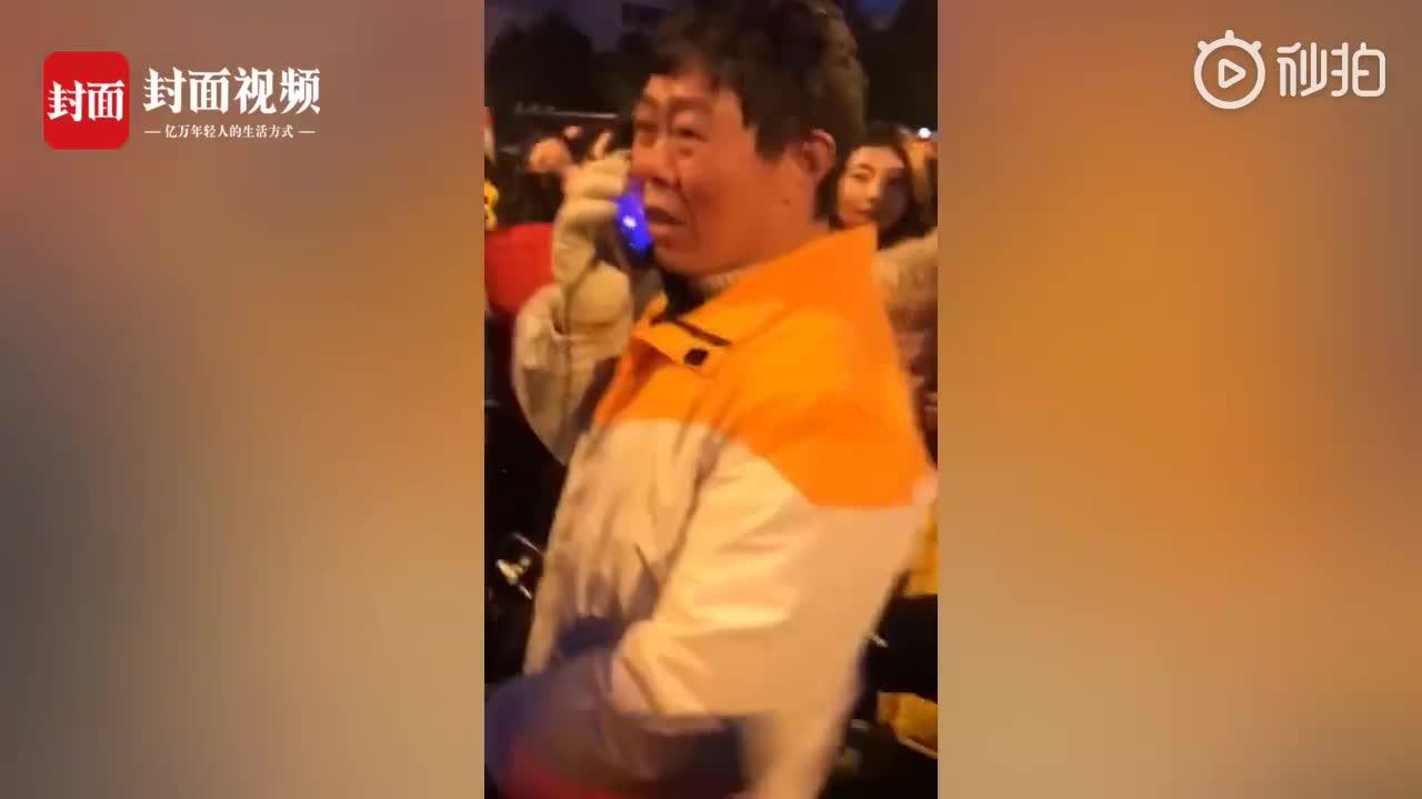 [视频]成都烟花秀 外卖小哥被上万人包围  一脸懵:起码还要3小时才能到