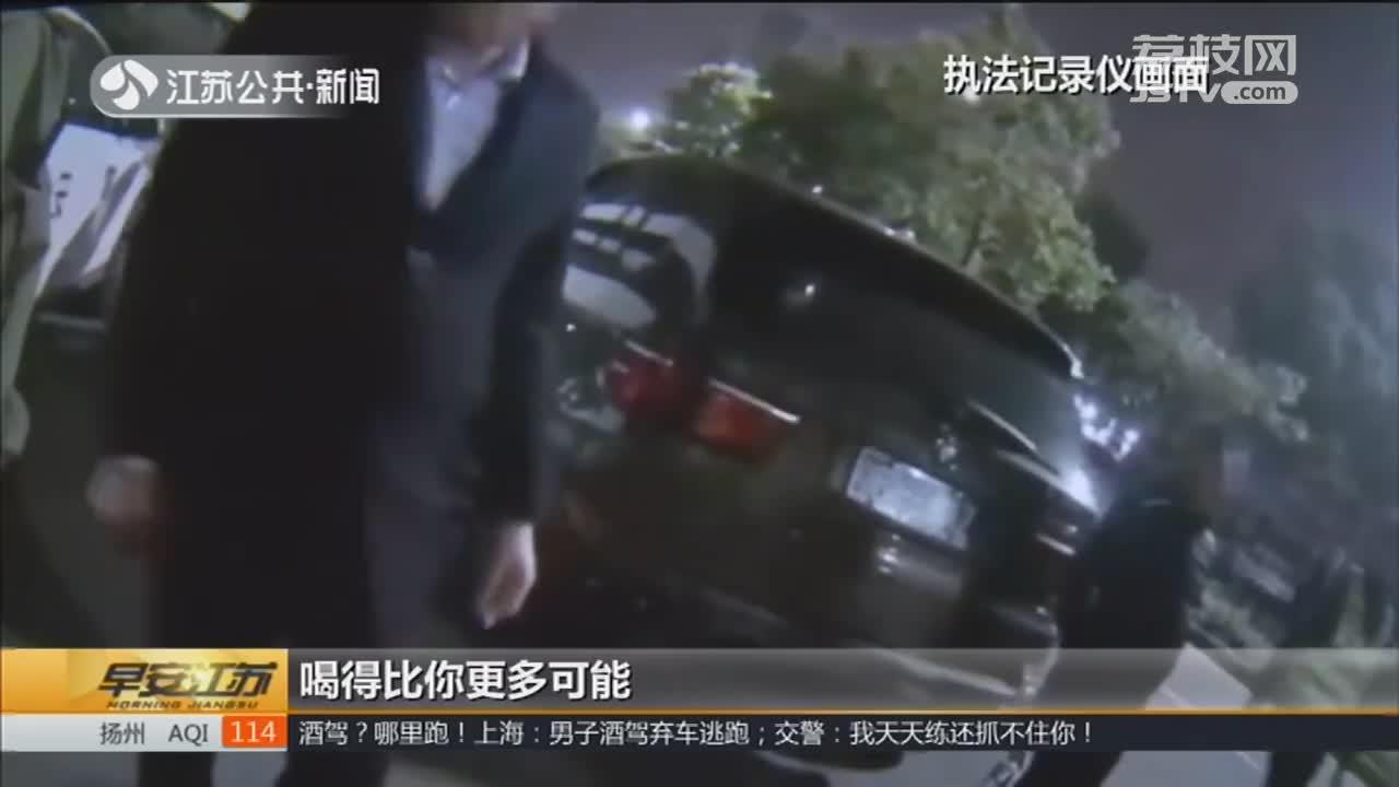 [视频]酒驾?哪里跑! 男子免费代驾 交警:他喝得比车主还多!