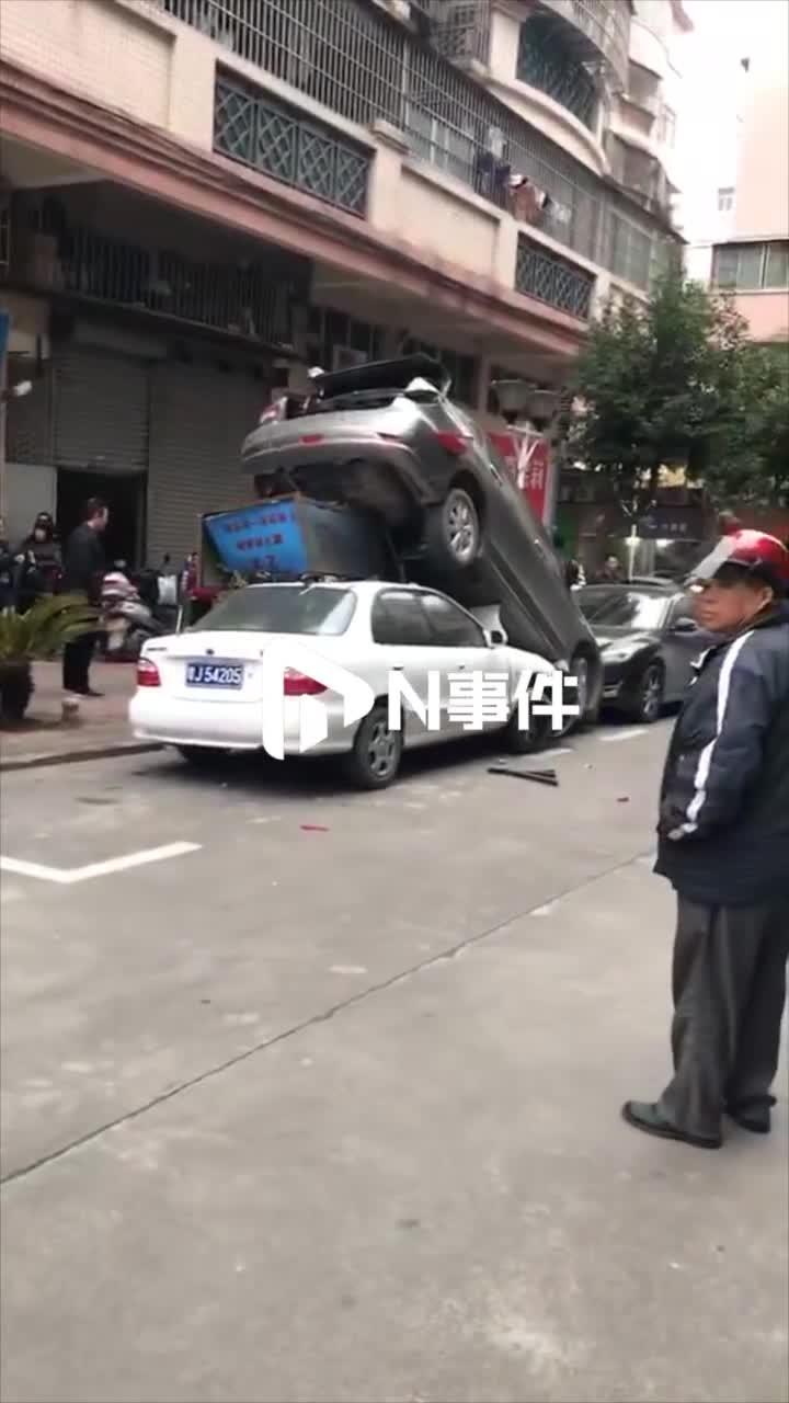 """[视频]高难度动作,江门三车叠罗汉!疑""""油门当刹车""""惹祸"""