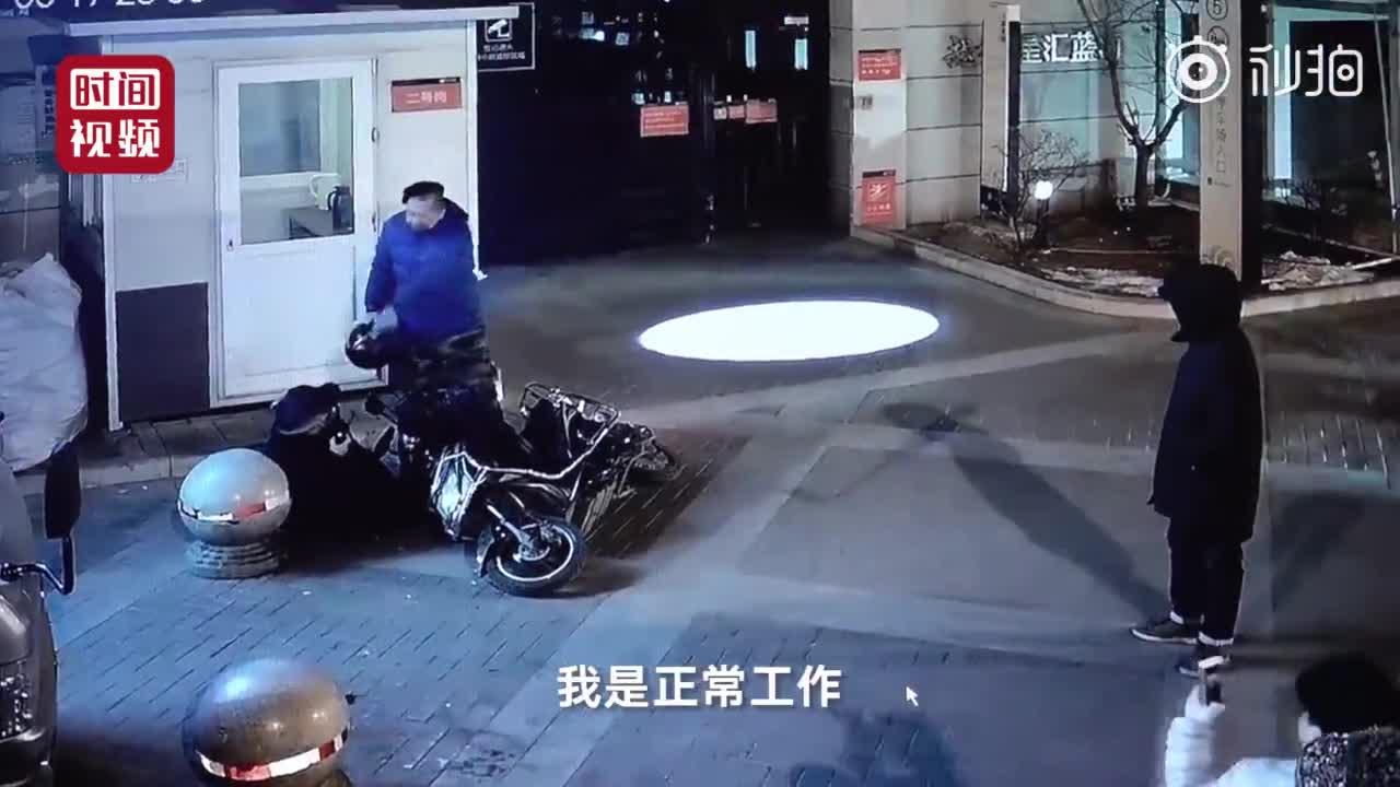 [视频]女保安劝阻违停遭男子踢打 12岁儿子赶来猛踹打人男子