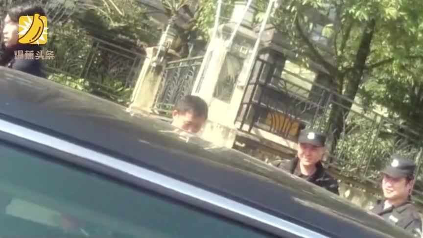 """[视频]幼儿被困车内其母拒破窗 民警无奈放""""佩奇""""哄娃"""