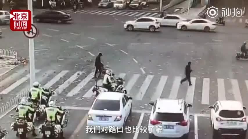 [视频]老人推轮椅过斑马线 过路交警为他挡住车流
