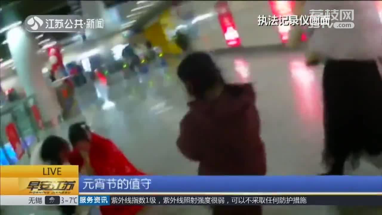 [视频]女生穿汉服过节被冻哭 地铁警方伸援手