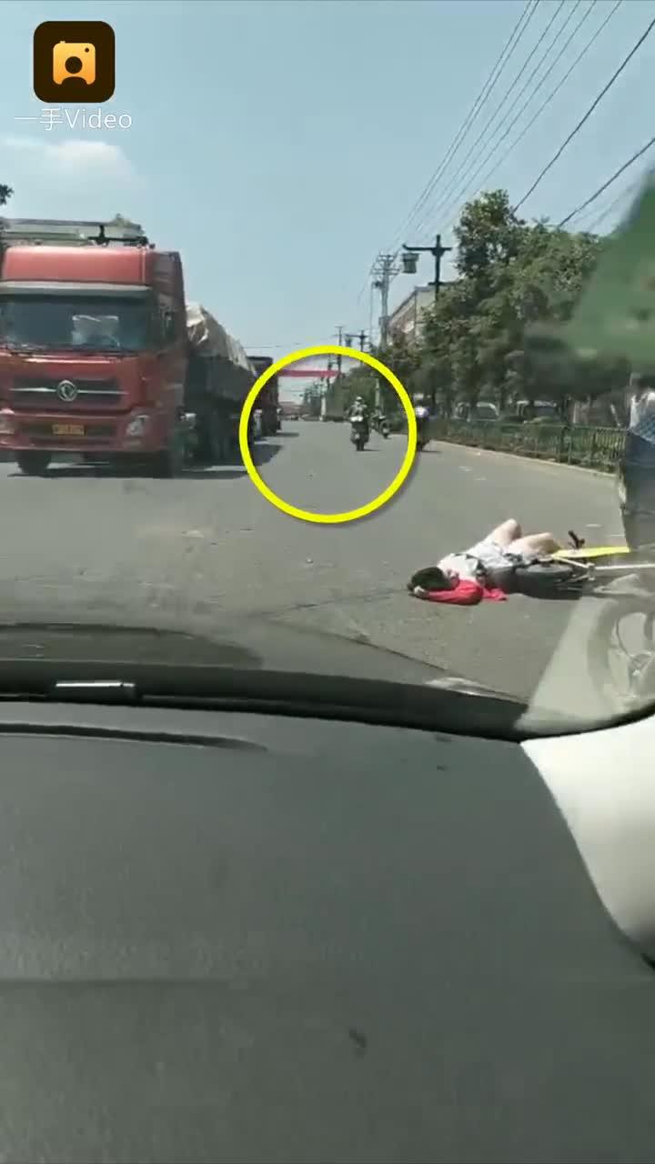 [视频]摩托撞孕妇逃逸 路人驾车追肇事者
