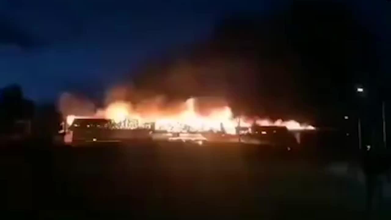 [视频]丽江泸沽湖码头起火 烧毁15间烧烤摊房屋