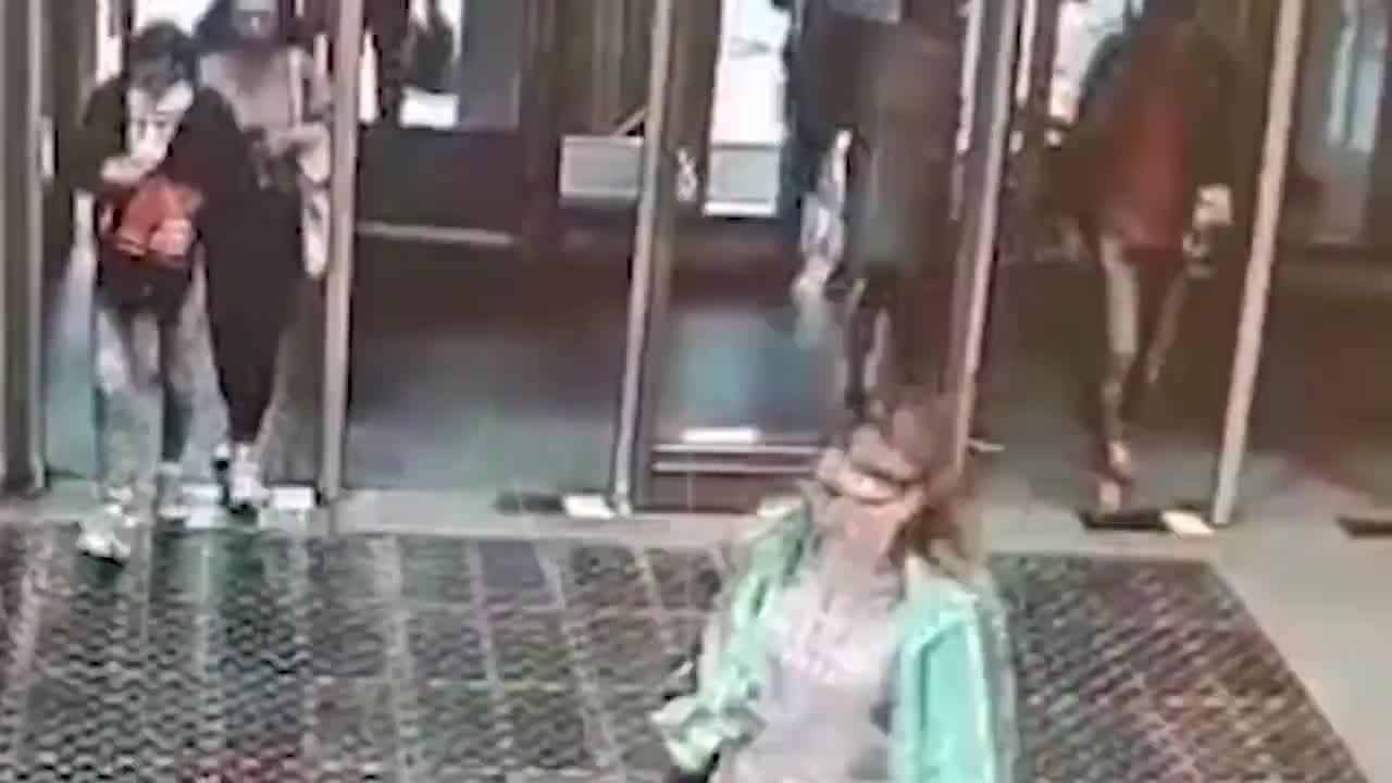 [视频] 铁头功!女孩没注意玻璃门 径直怼上将玻璃撞碎
