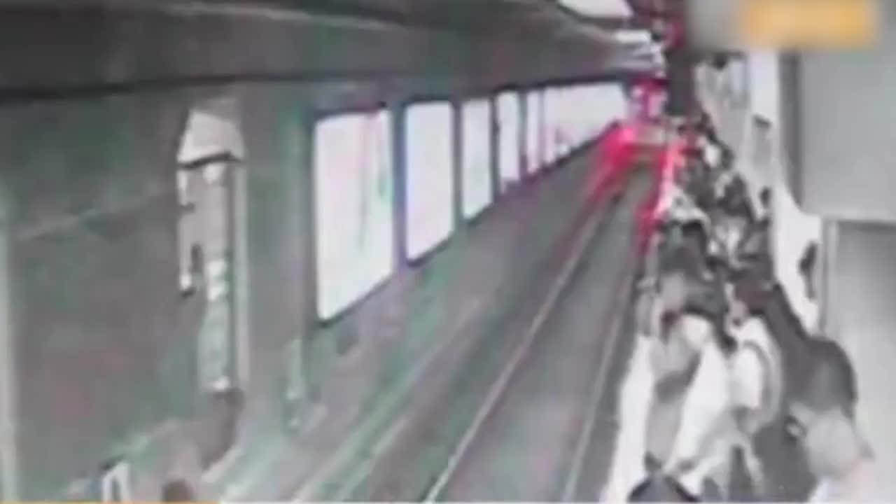 [视频]地铁两女子因挤碰发生争执 一人被推下站台