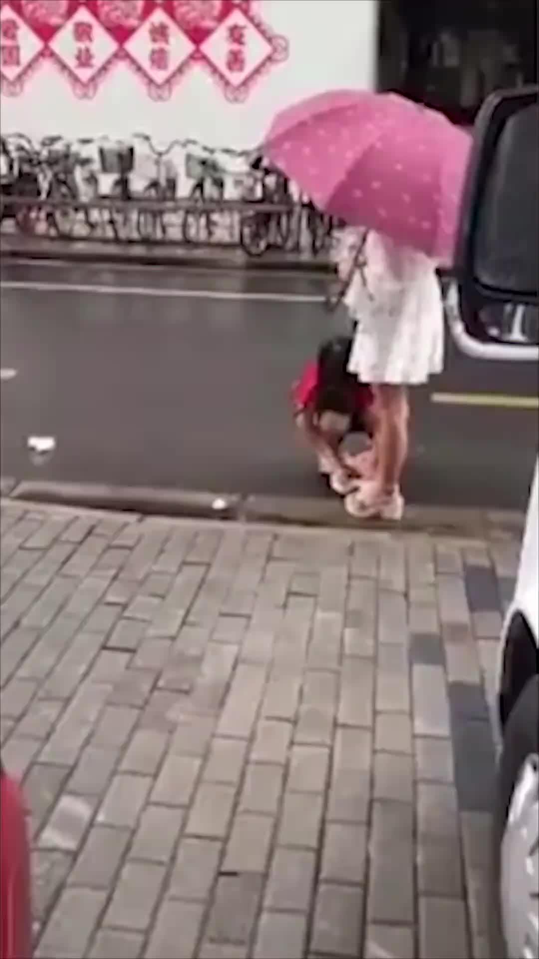 """[视频]公主病?女孩雨天让母亲给自己擦脚呵斥""""没擦干净"""""""