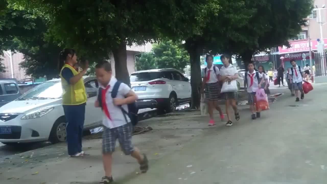 [视频]学校通知家长:每天早晨在校门口轮流站岗值勤 网友吵疯