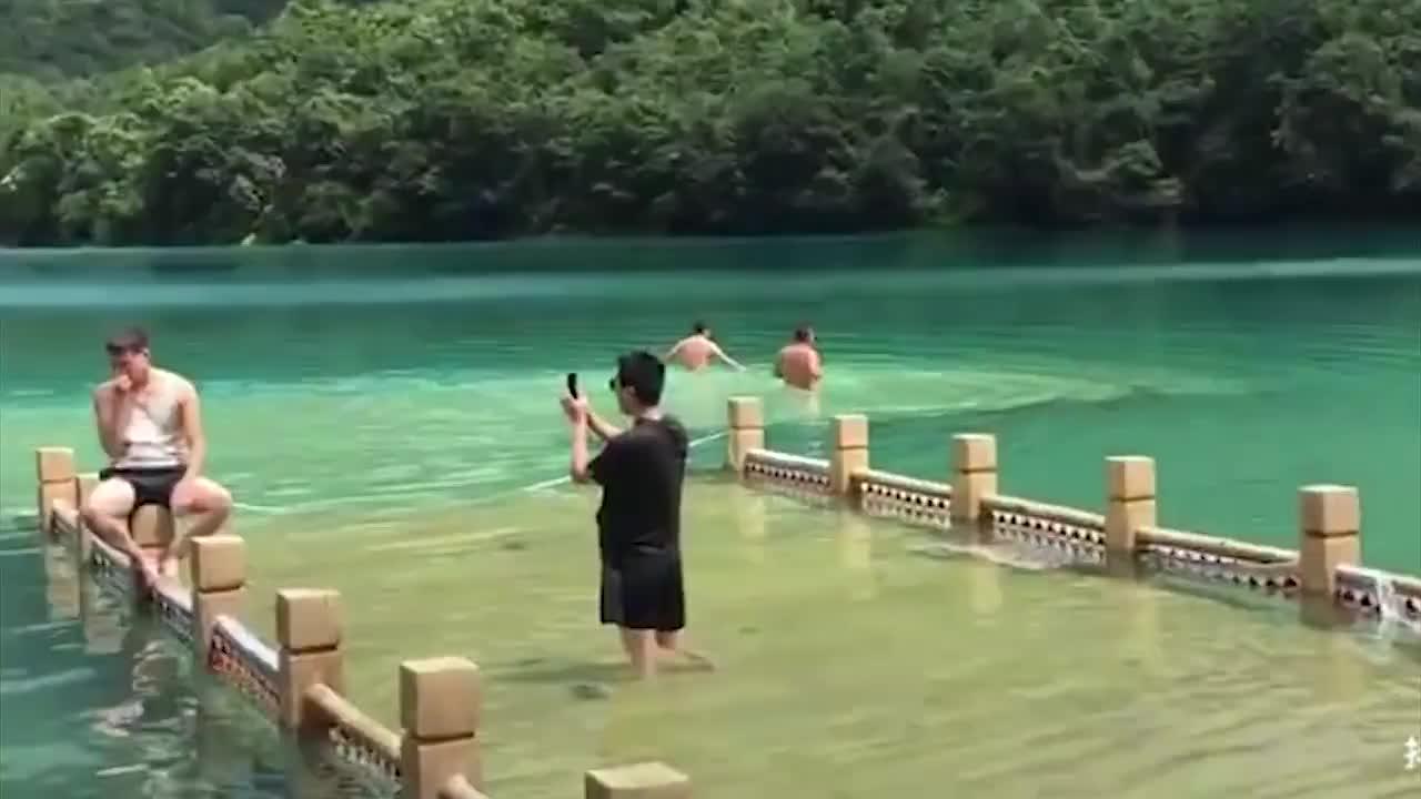 [视频]景区当泳池?游客文县天池戏水还发抖音炫耀