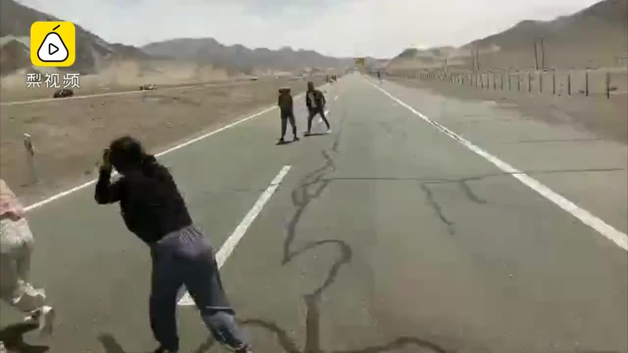 [视频]游客蹲高速路拍照险被撞,司机怒斥