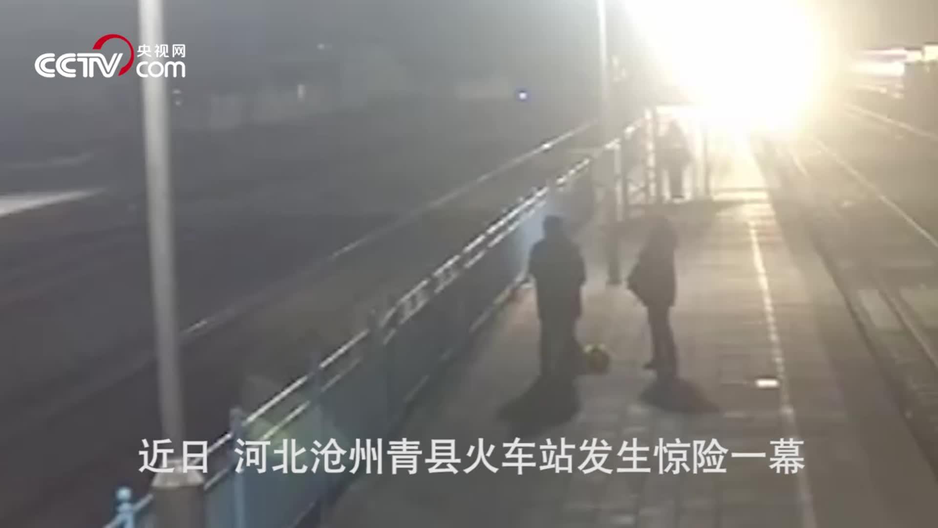 [视频]惊魂三秒!铁路工迎着火车跳下铁轨,一把拽出轻生女子