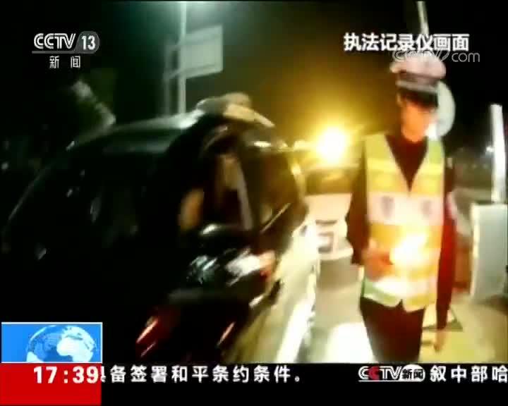 [视频]男子醉驾嚼槟榔 企图逃避处罚