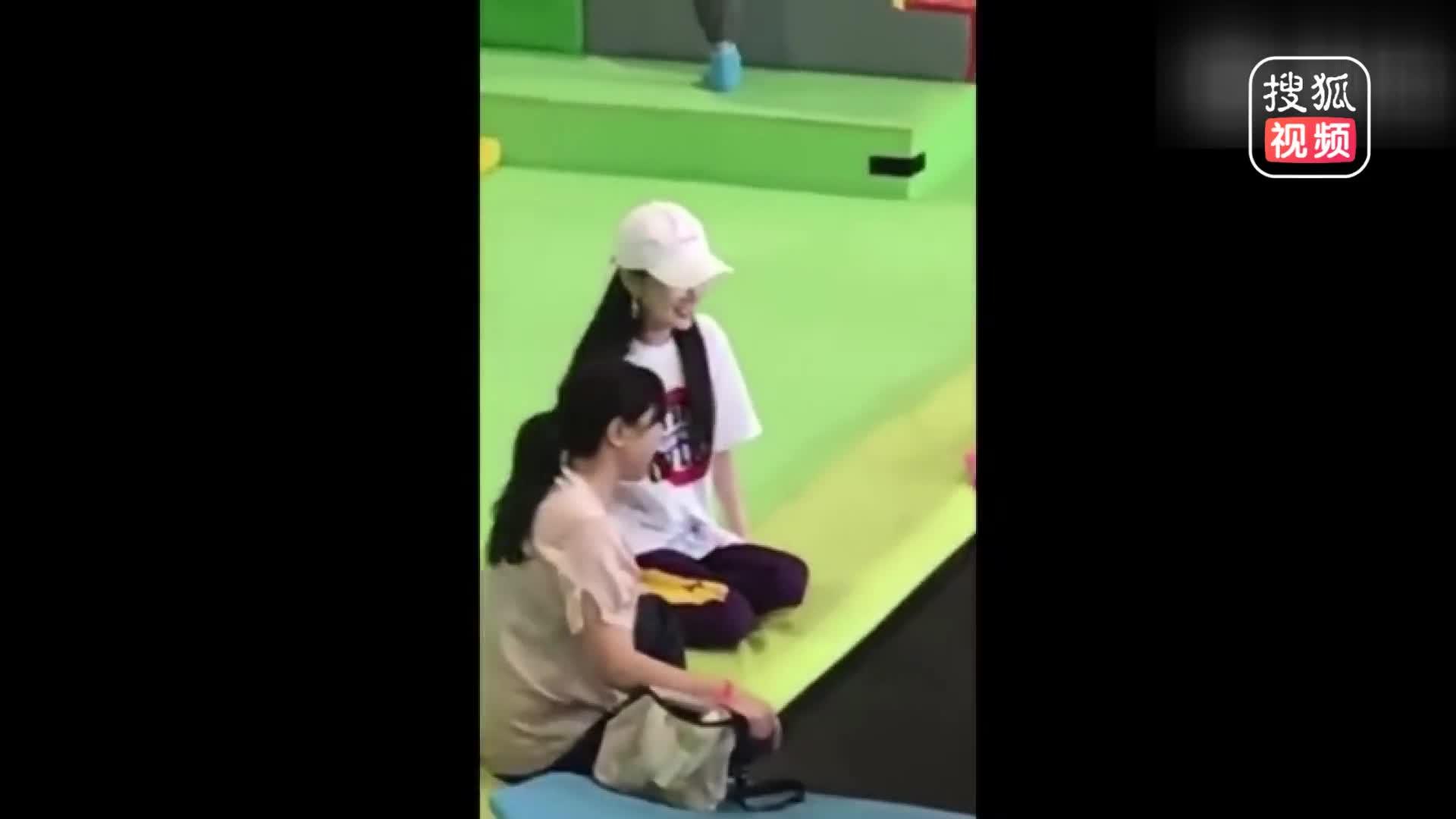 [视频]李小璐带甜馨玩蹦床 全程盯牢女儿一脸慈母笑