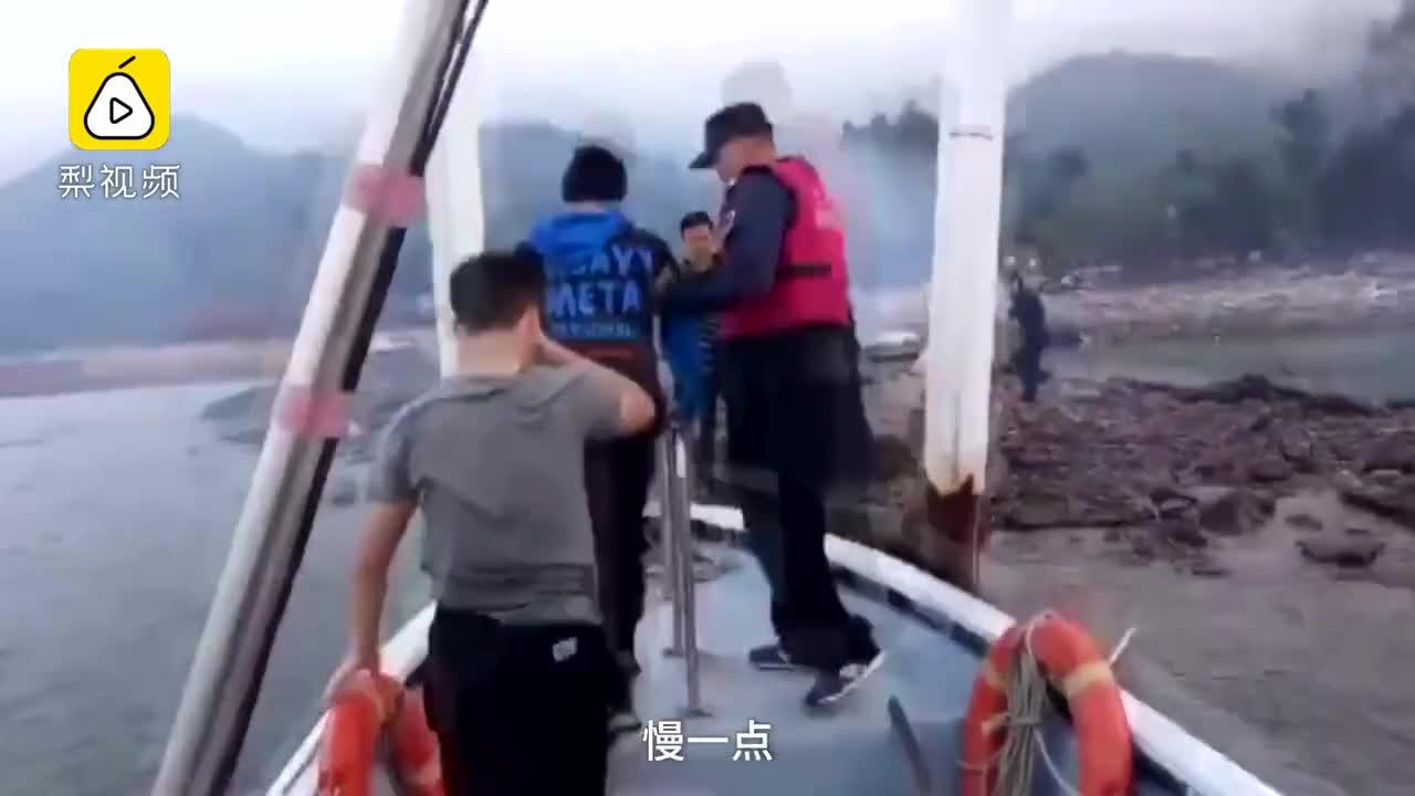 """[视频]真人版""""奇幻漂流""""!两兄弟用泡沫板冲浪 差点漂到外海"""