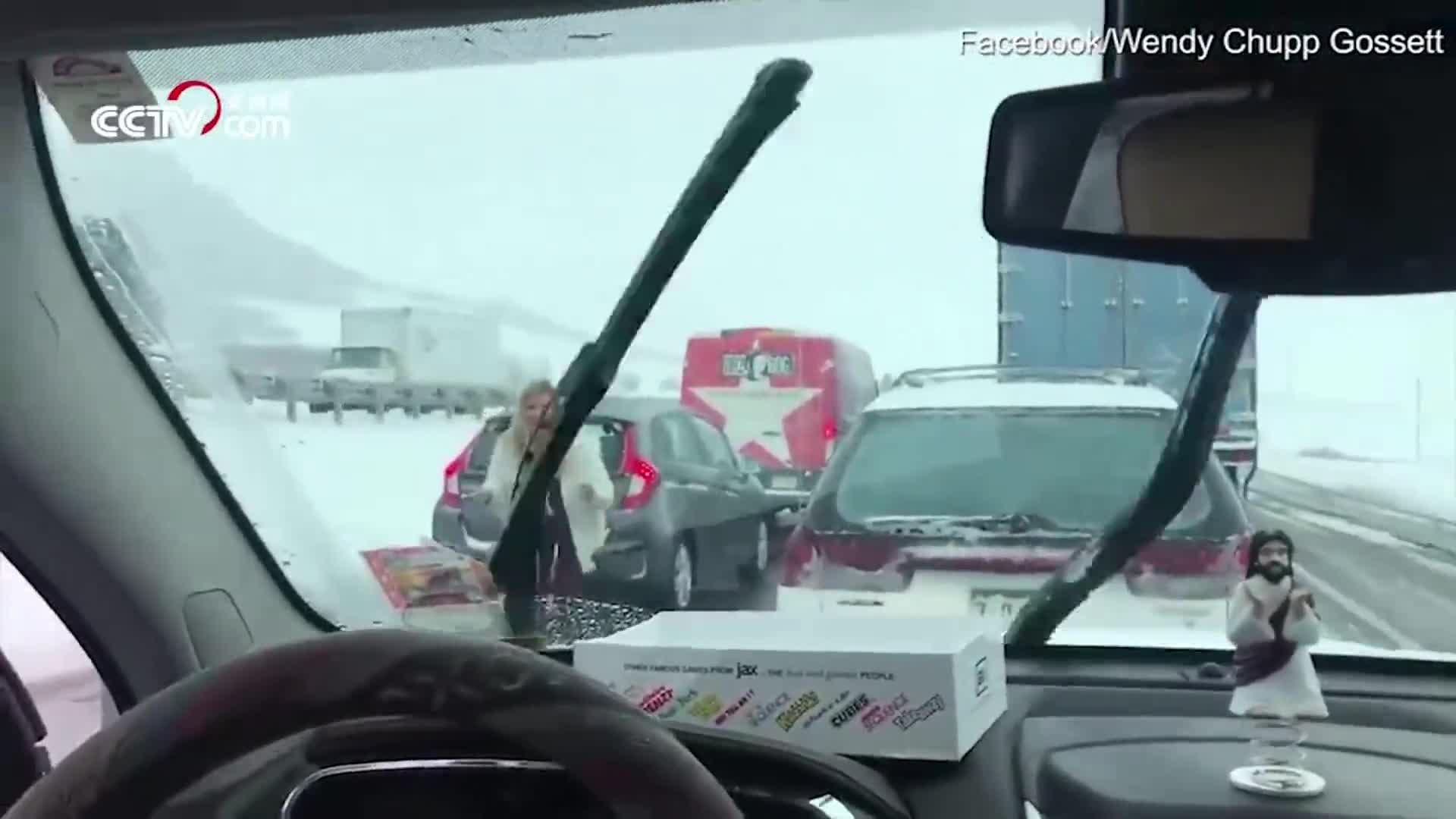 [视频]高速公路上遭遇堵车 美国辣妈上演现实版爱乐之城