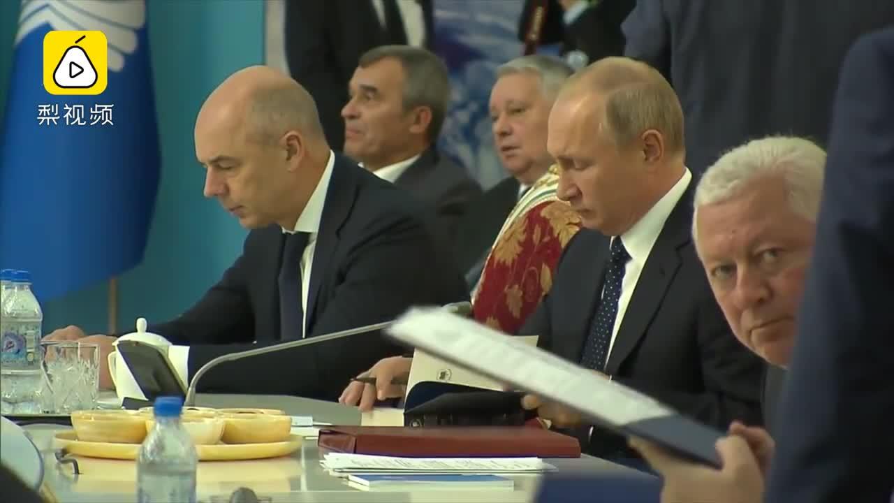 """[视频]普京开会""""一心二用"""" 边签文件边看普希金小说"""