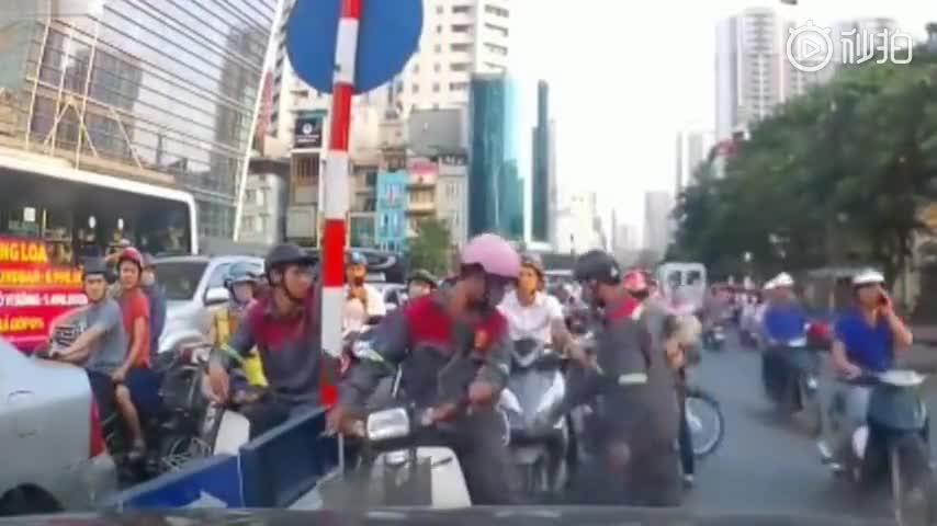 [视频]对付逆行的摩托车,轿车司机是认真的