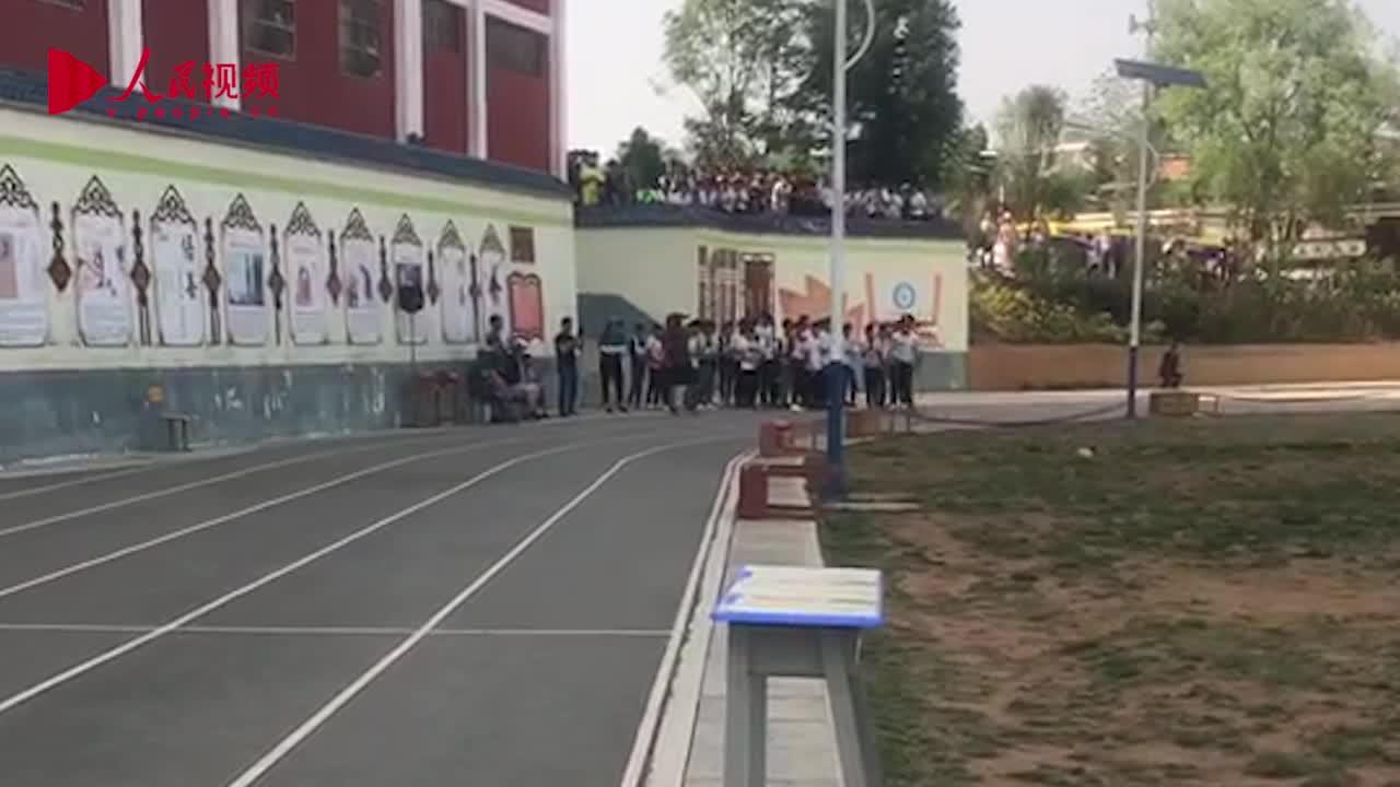 """[视频]17岁独腿少年架双拐""""跑""""完1000米 成绩倒数第一老师却给了他满分"""