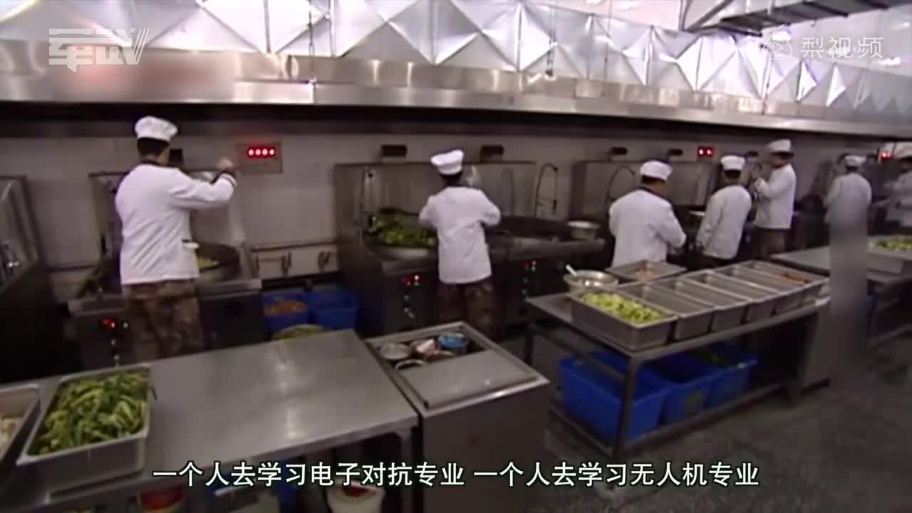 [视频]解放军炊事兵只用做饭养猪?战斗力说话