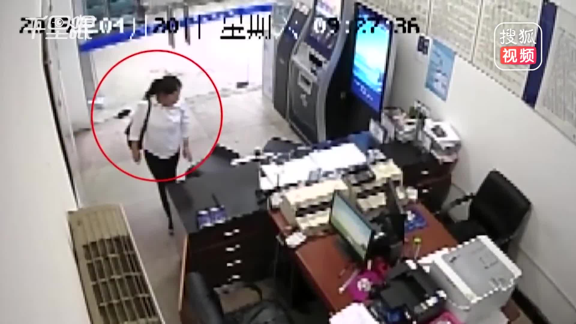 [视频]活久见!女子派出所内偷手机:我不拿别人也会拿的