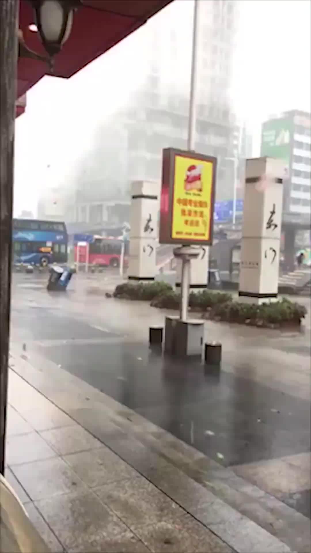 """[视频]""""山竹""""抢劫卷跑钱箱钞票满地?官方辟谣"""