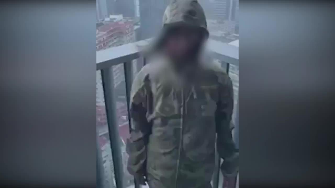 [视频]少女在30层阳台开心感受台风山竹 嫌风不够大挨批