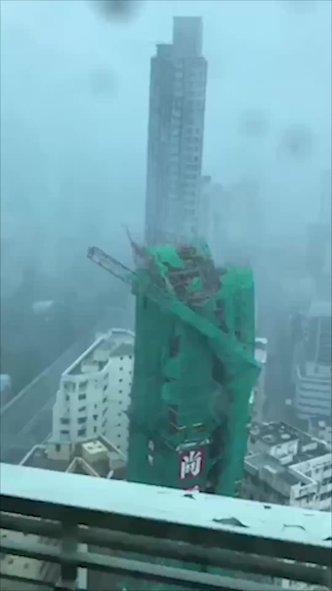 """[视频]直击台风""""山竹""""吹袭香港 起吊机被吹倒塌海水倒灌"""
