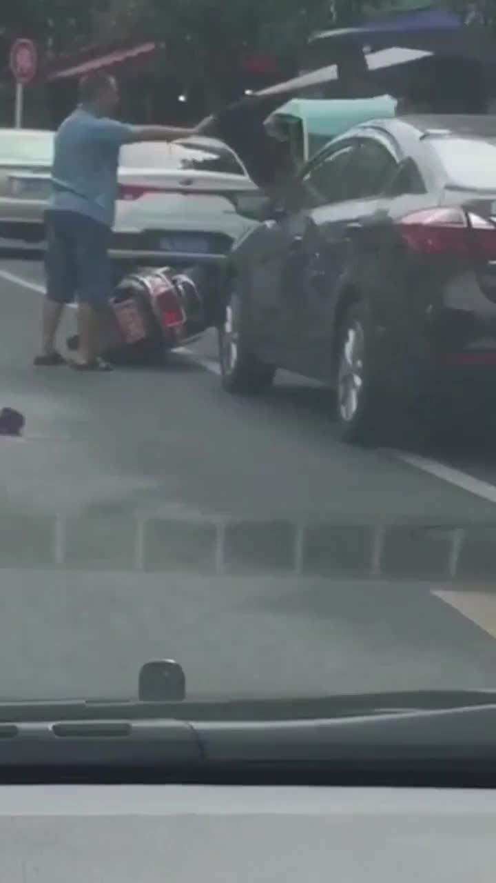 [视频]男子因与路人起纠纷 竟抱摔起对方小孩