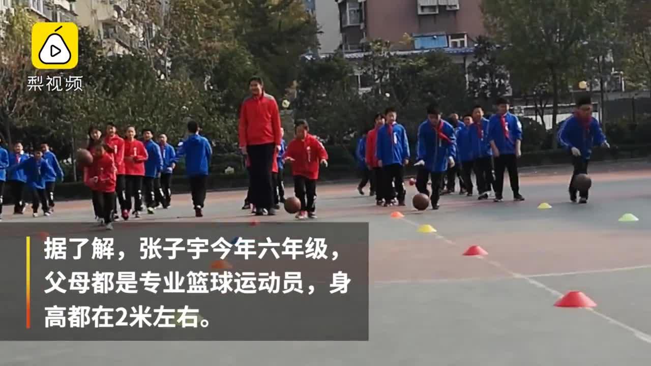 [视频]11岁女孩高2米1 爱篮球偶像詹姆斯