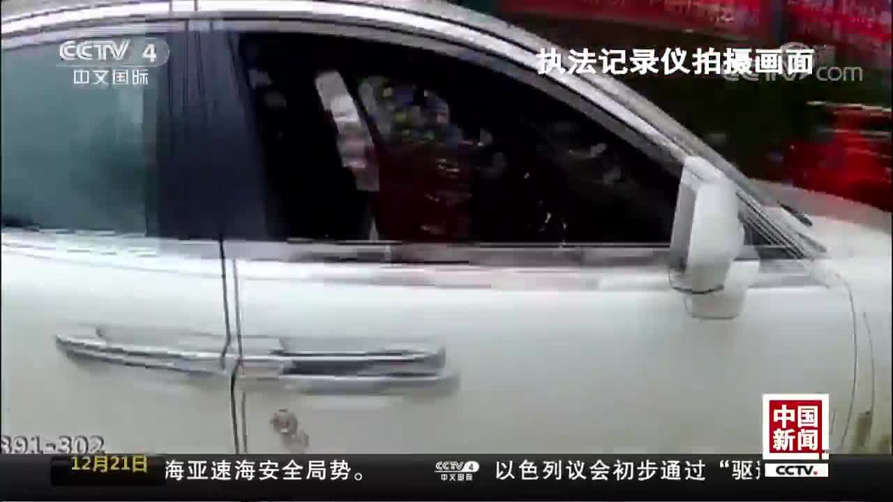 """[视频]当街逼停""""老赖"""" 座驾被拍卖还债"""
