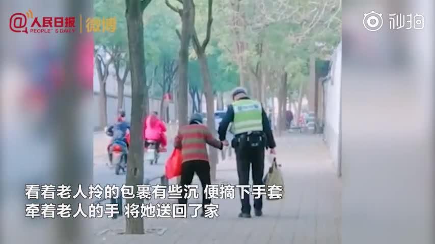 [视频]这个牵手背影太暖!交警小哥哥脱下手套牵老人回家