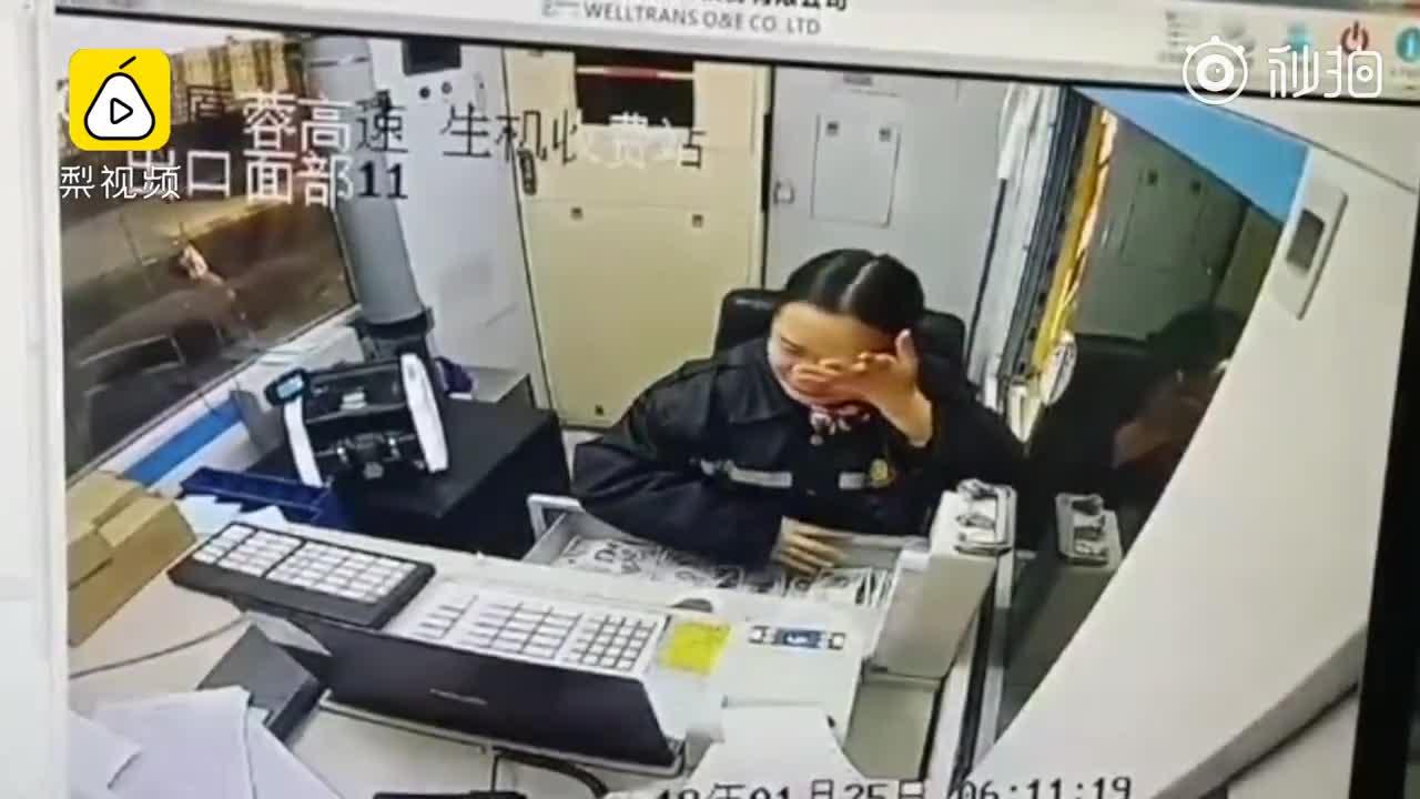 [视频]收费员被司机骂哭,抹泪仍微笑服务