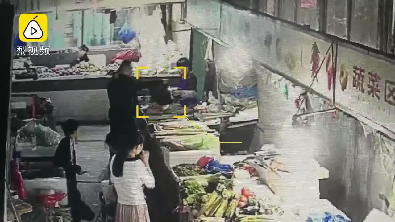 [视频]陌生男扔下10万元就走,女摊主懵了