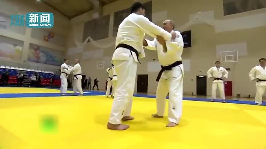 """[视频]普京亲自上阵和国家柔道队过招 轻松将""""对手""""一一挑翻在地"""