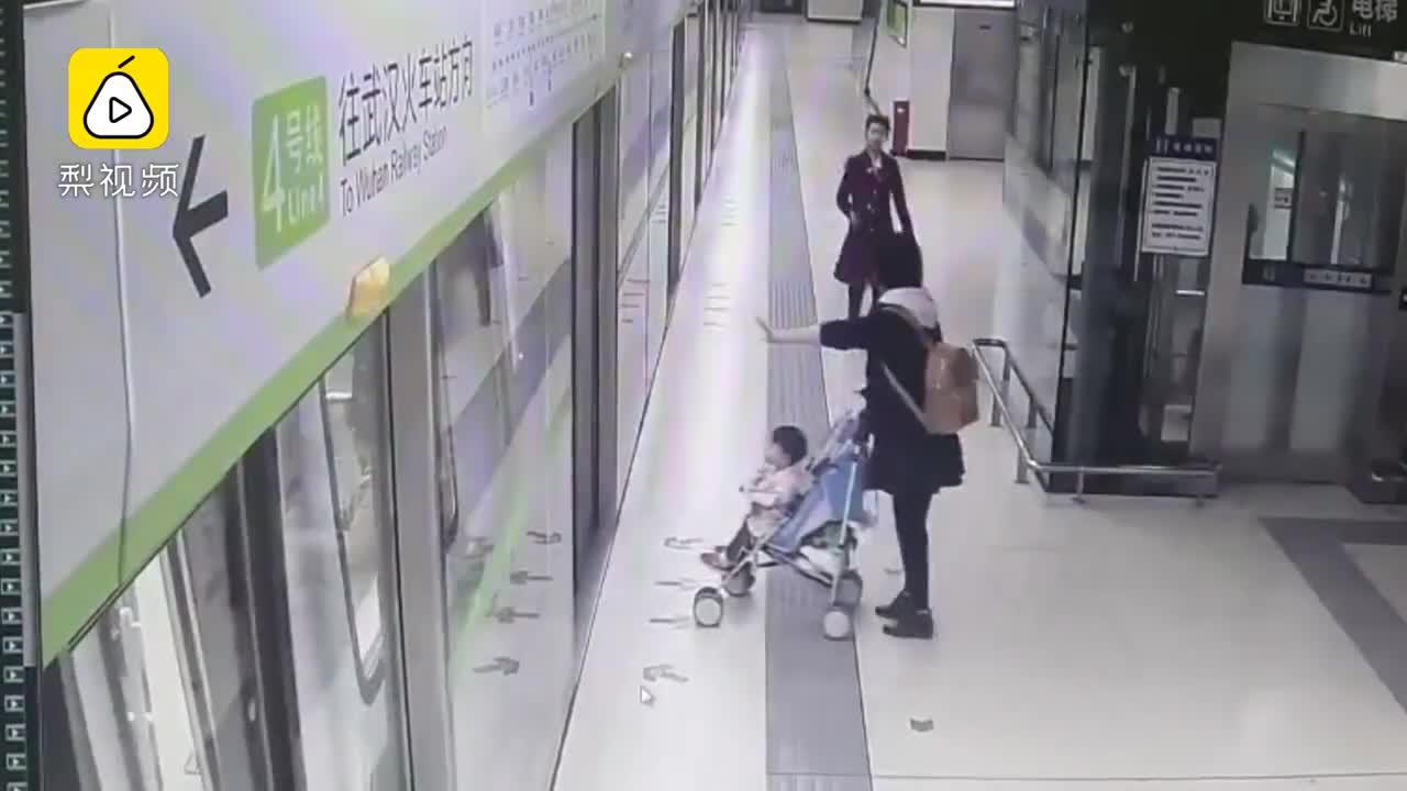 [视频]地铁车门关闭,她拉出婴儿车没硬闯
