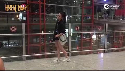 [视频]宋祖儿奔赴米兰时装周 格子衬衫秀美腿一路甜笑超吸睛
