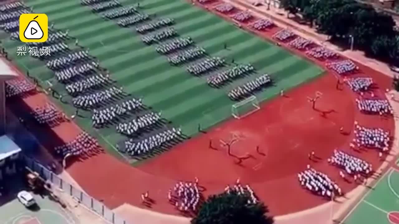 [视频]数千学生壮观跑操 阵型神似贪吃蛇