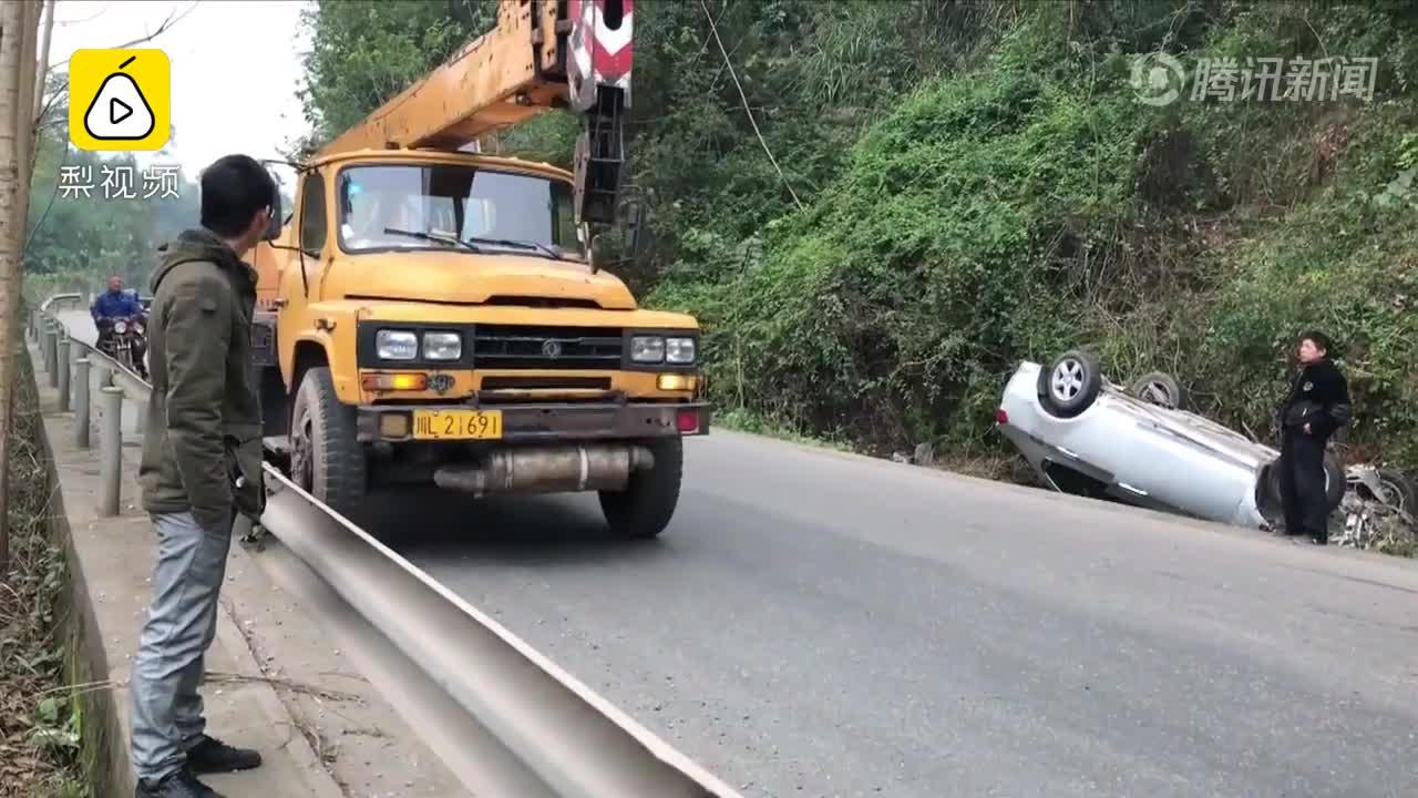 [视频]最佛系司机!小车撞毁 他淡定处理4次笑场 只想着手机和眼镜