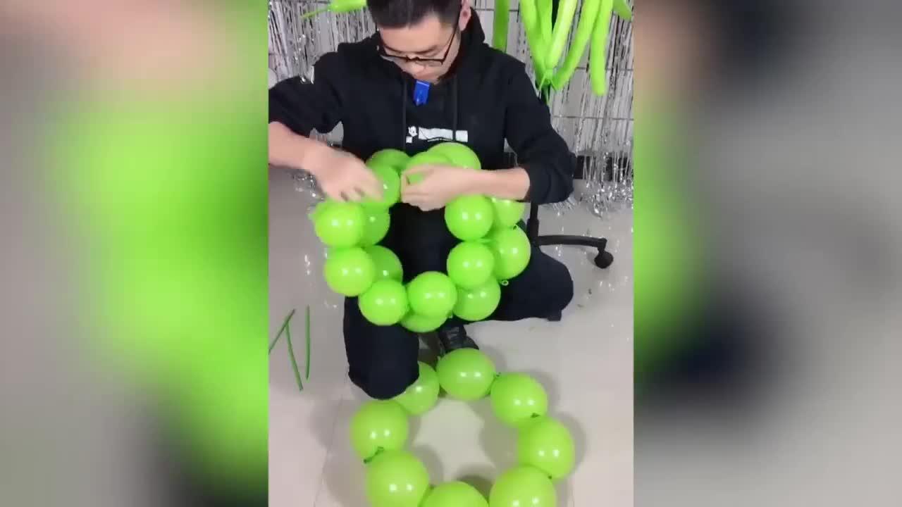 """[视频]神仙眷顾的手 河南小伙气球""""编织""""婚纱走红"""
