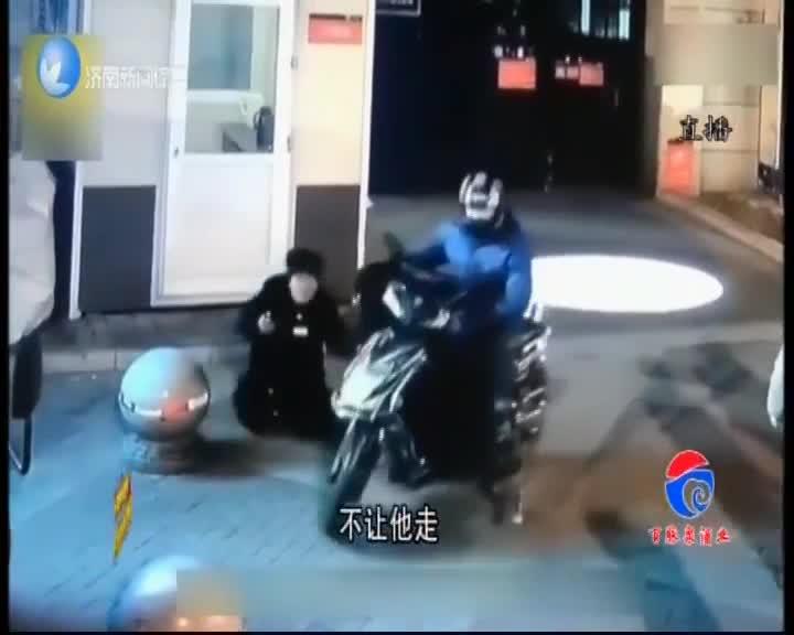 [视频]目睹妈妈被打 12岁男孩飞踹打人者