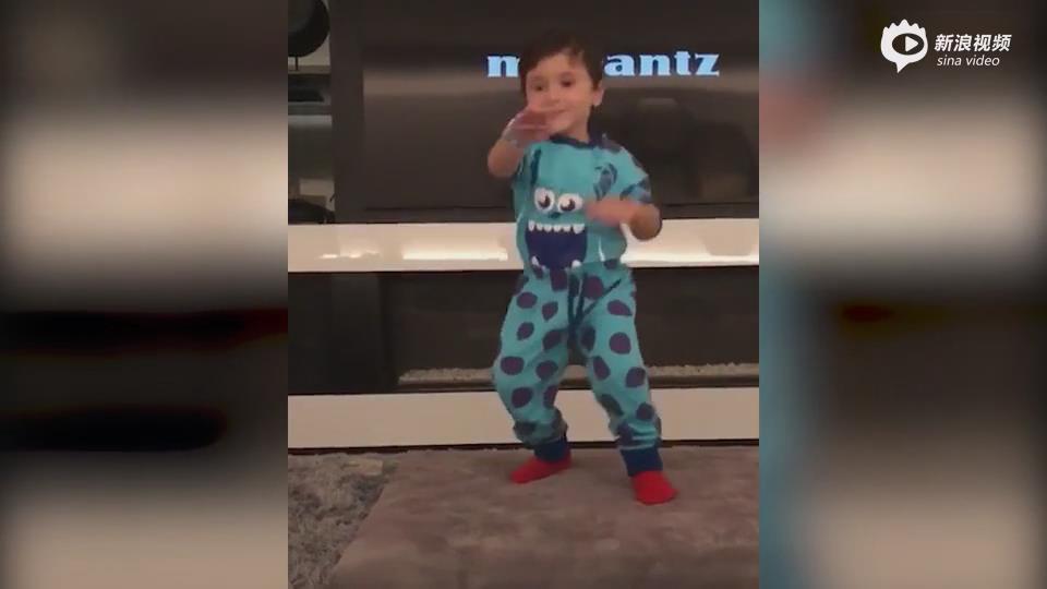 [视频]萌!梅西三个儿子家中尬舞 马特奥秀灵魂舞姿