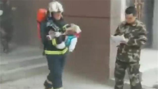 [视频]消防员将呼吸器让给婴儿:孩子还小,我扛得住